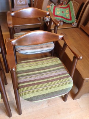 三浦 さん 椅子 後